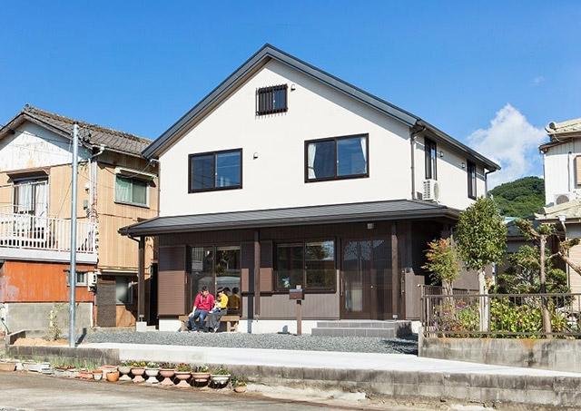 日本の昔ながらのどっしりとしたシンプルな和の家